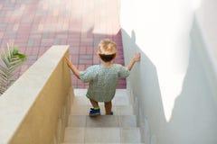 Bambino che cammina giù le scale immagine stock libera da diritti