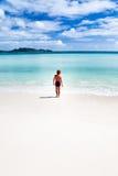 Bambino che cammina su una spiaggia tropicale Fotografia Stock