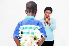 Bambino che canta un fiore dietro il suo indietro Fotografia Stock Libera da Diritti