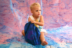 Bambino che cerca un sacchetto Immagini Stock