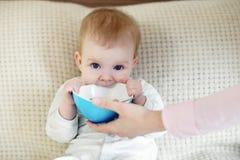 Bambino che champing una ciotola Fotografie Stock Libere da Diritti