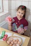 Bambino che colora le uova di Pasqua Fotografia Stock Libera da Diritti