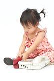 Bambino che compone vecchio telefono beige che chiama mamma Immagini Stock