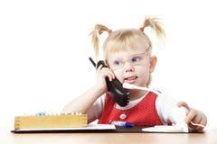 Bambino che comunica dal telefono Fotografia Stock