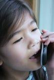 Bambino che comunica sul telefono delle cellule Fotografia Stock