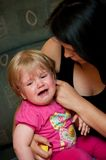 bambino che conforta mamma Immagini Stock Libere da Diritti