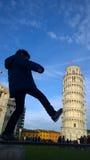 Bambino che dà dei calci e che ripara alla torre di Pisa immagini stock libere da diritti
