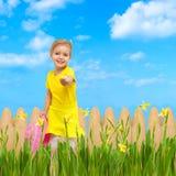 Bambino che dà il giardino di estate degli azzurri del fiore Fotografia Stock Libera da Diritti