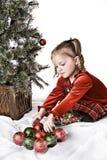 Bambino che decora l'albero di Natale immagine stock libera da diritti