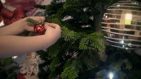 Bambino che decora un albero di chrtistmas stock footage