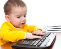 Bambino che digita sulla tastiera Fotografie Stock Libere da Diritti