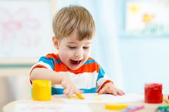 Bambino che dipinge a casa Immagini Stock