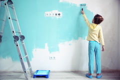 Bambino che dipinge la parete Immagine Stock