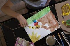 Bambino che dipinge un'immagine Immagini Stock Libere da Diritti