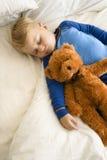 Bambino che dorme con l'orsacchiotto. Fotografie Stock