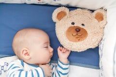 Bambino che dorme con un cuscino Immagini Stock