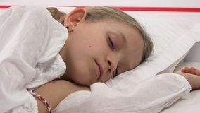 Bambino che dorme a letto, ritratto del bambino che riposa nella camera da letto, fronte della ragazza a casa archivi video