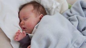 Bambino che dorme nella culla stock footage