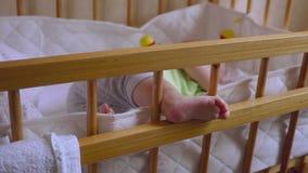 Bambino che dorme nelle greppie: sonno neonato sveglio tranquillamente archivi video