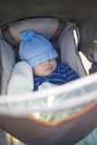 Bambino che dorme in passeggiatore fotografia stock