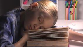 Bambino che dorme, ritratto stanco che studia, lettura, bambino della ragazza degli occhi che impara biblioteca stock footage