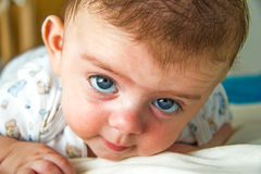Bambino che esamina macchina fotografica Fotografie Stock