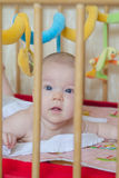 Bambino che esamina macchina fotografica Immagine Stock Libera da Diritti