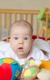 Bambino che esamina sorpreso la macchina fotografica Fotografia Stock