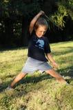 Bambino che fa exercisis Fotografia Stock Libera da Diritti