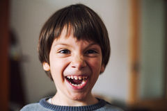 Bambino che fa fronte divertente fotografie stock libere da diritti