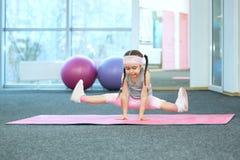 Bambino che fa gli esercizi di forma fisica Fotografia Stock
