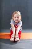 Bambino che fa gli esercizi di yoga di forma fisica Fotografia Stock