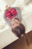 Bambino che fa gli esercizi mentre trovandosi a letto Fotografia Stock
