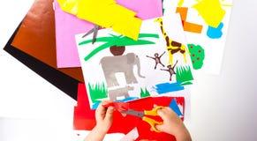 Bambino che fa i ritagli Immagini Stock Libere da Diritti