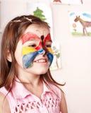 Bambino che fa la pittura del fronte. fotografia stock libera da diritti