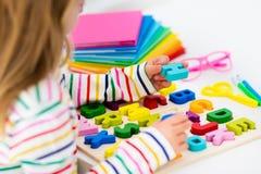 Bambino che fa lavoro per il banco I bambini imparano e dipingono Fotografie Stock Libere da Diritti