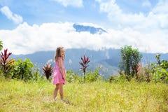 Bambino che fa un'escursione in montagne Scherza il trekking della giungla Fotografia Stock