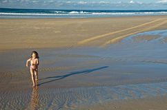 Bambino che funziona sulla spiaggia Fotografia Stock