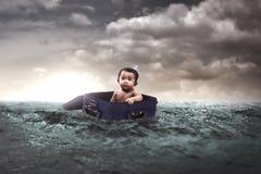 Bambino che galleggia in mezzo al mare Fotografia Stock