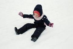 Bambino che gioca al parco di inverno fotografie stock libere da diritti