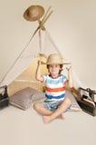 Bambino che gioca all'interno con la tenda di tepee Immagine Stock