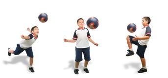 Bambino che gioca calcio isolato Fotografia Stock