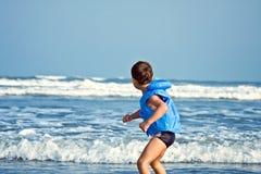 Bambino che gioca con acqua Fotografia Stock