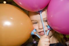 Bambino che gioca con gli aerostati Immagini Stock