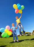 Bambino che gioca con gli aerostati in sosta. Fotografia Stock