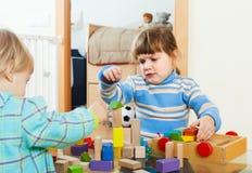 Bambino che gioca con i blocchetti del giocattolo Immagine Stock Libera da Diritti