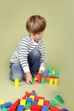 Bambino che gioca con i blocchi Fotografie Stock Libere da Diritti