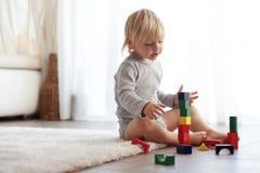 Bambino che gioca con i blocchi di legno Fotografia Stock