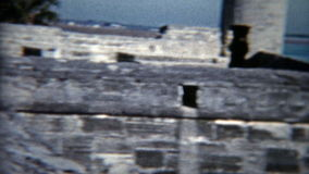 1959: Bambino che gioca con i cannoni al vecchio museo forte militare St AUGUSTINE, FLORIDA stock footage