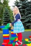 Bambino che gioca con i cubi fotografia stock libera da diritti